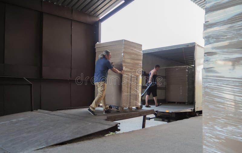 Ciężarowy ładowanie i wysyłka Męscy pracownicy ładują towary w kartonach na ciężarówce obrazy stock