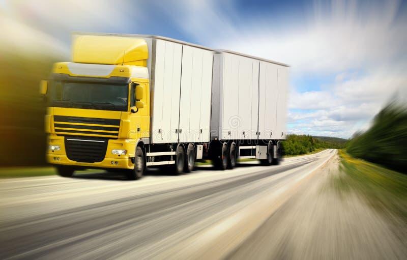 Ciężarowy jeżdżenie na wiejskiej drodze zdjęcie royalty free