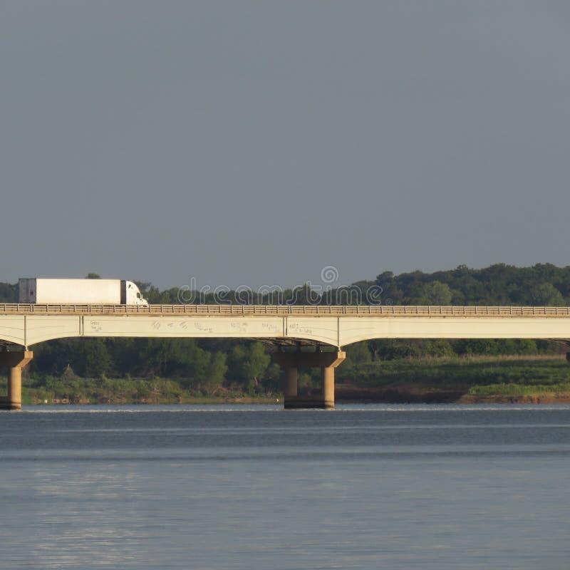Ciężarowy mknięcie Zestrzela USA trasę 377 Nad Jeziornym Texoma Graffitied mostem zdjęcia royalty free