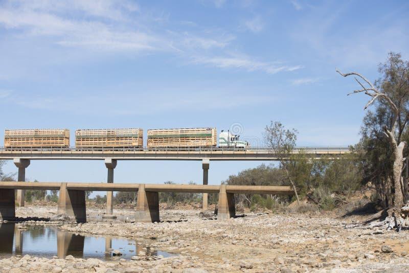 Ciężarowy skrzyżowanie mosta odludzia Australia obrazy stock