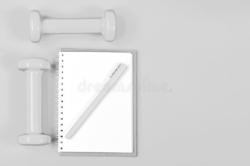 Ciężaru aktywnego i straty stylu życia pojęcie Notepad i sprawności fizycznej narzędzia obrazy stock
