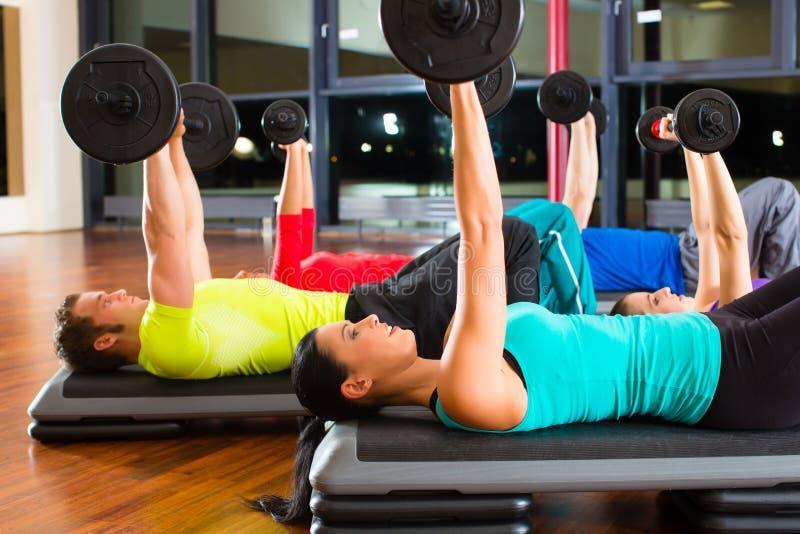 Ciężaru szkolenie w gym z dumbbells obraz stock