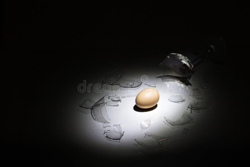 Ciężcy jajka i łamany szkło zdjęcie royalty free