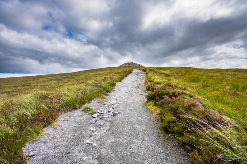 Ciężka ścieżka prowadzi neolityczny chambered kopiec zdjęcie royalty free