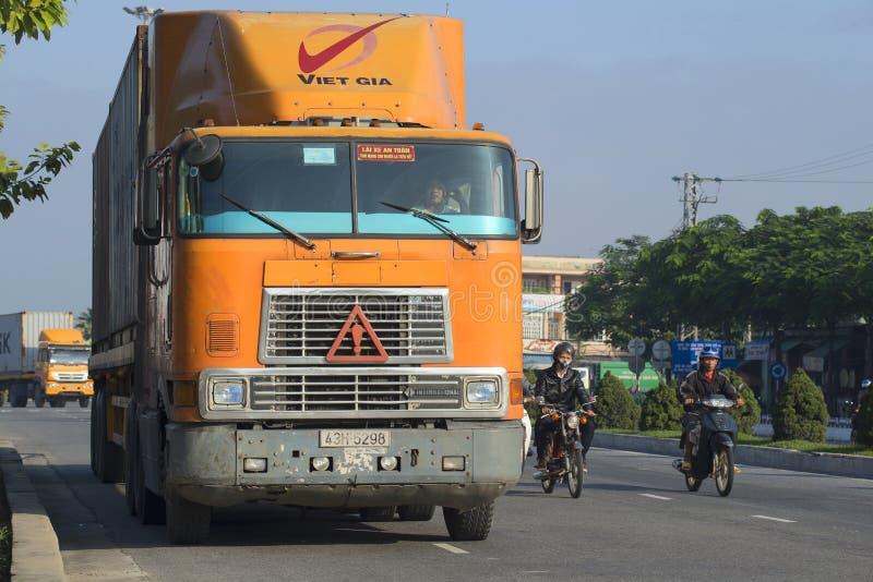 Ciężka Amerykańska mainline ciężarówka International-9800 iść na drodze Da Nang, Wietnam zdjęcia stock