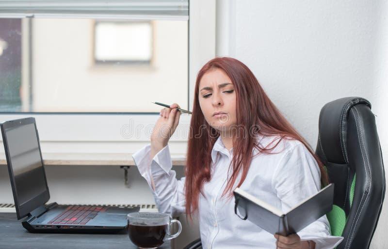 Ciężka kobieta pracująca, mały biznes obraz royalty free