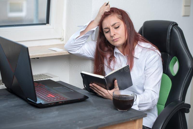 Ciężka kobieta pracująca, mały biznes zdjęcia royalty free