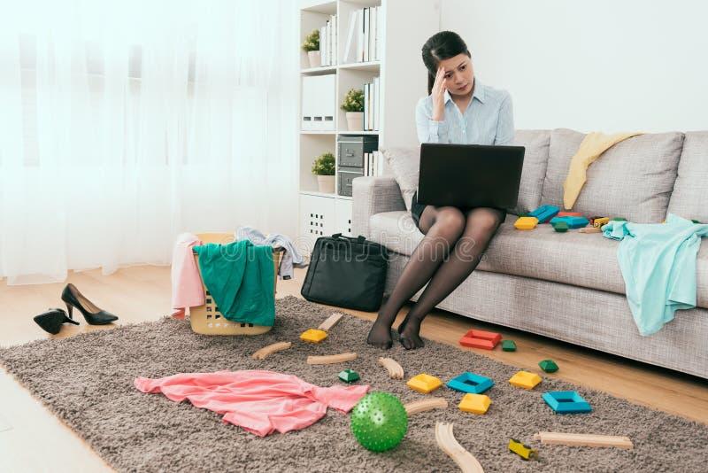 Ciężka pracująca biznesowa gospodyni domowej odczucia frustracja obraz stock