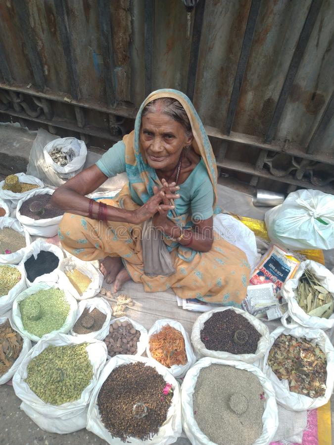 Ciężka pracująca Indiańska stara dama obrazy royalty free