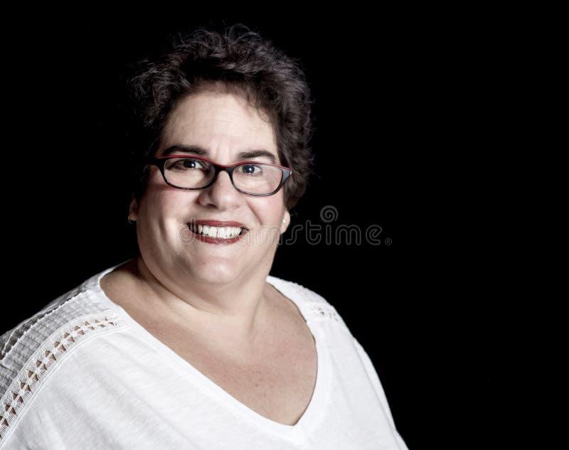 Ciężka Ustalona w średnim wieku kobieta jest ubranym szkła w studiu fotografia royalty free