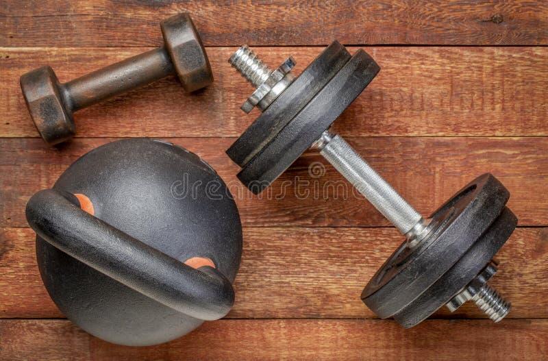 Ciężki żelazny kettlebell i dumbbells - sprawności fizycznej pojęcie zdjęcie royalty free
