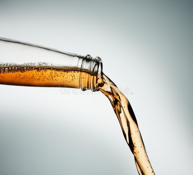 Ciężki cydr nalewający od jasnej butelki zbli?enie obraz stock
