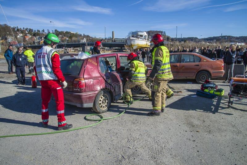 Pożarniczy i ratuneku usługowi łama up uszkadzającego samochód, fotografia 26 obraz royalty free