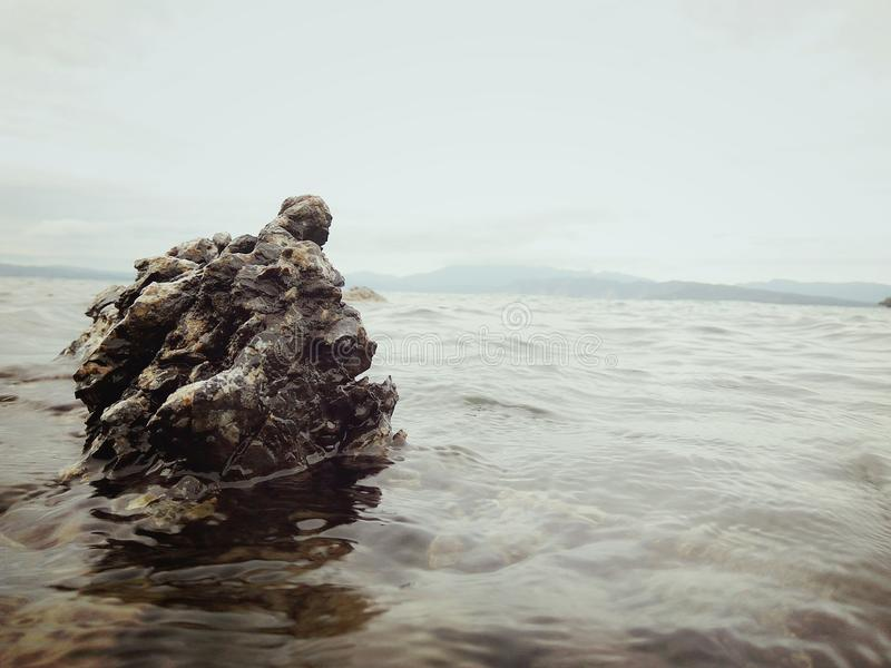 Ciężki kamień przy jeziornym Toba zdjęcia royalty free