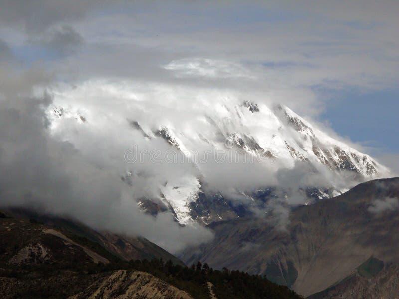 Ciężki monsun Chmurnieje przed Ganggapurna Himalajskim szczytem fotografia stock
