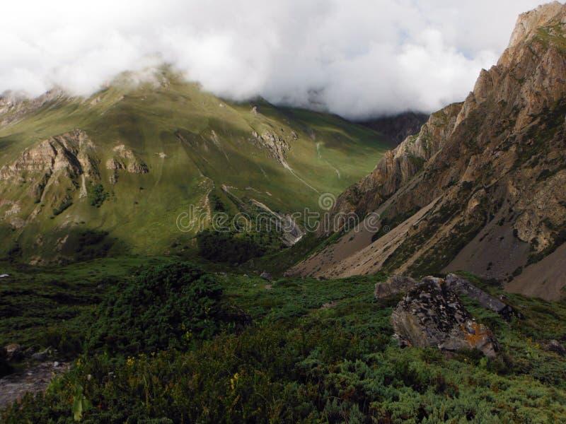 Ciężki monsun Chmurnieje w Suchych Annapurna himalajach obrazy stock