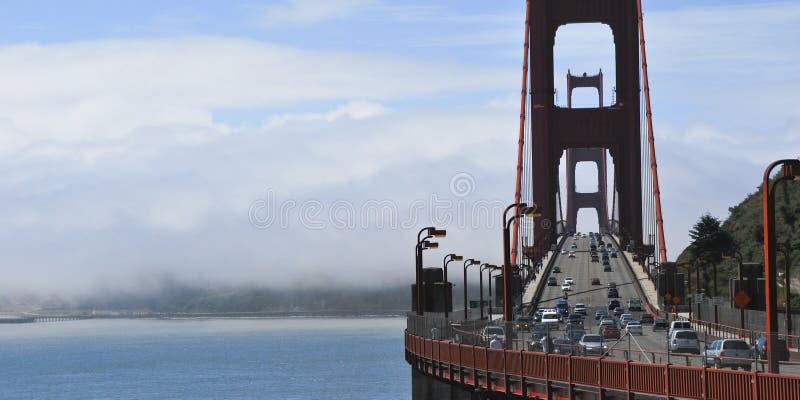 Ciężki ruch drogowy na Golden Gate Bridge, łączy San Fransisco Marin okręg administracyjny USA zdjęcia royalty free