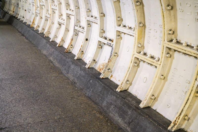 Ciężki stalowy matrycować na Thames pod wodnego tunelu ścianą fotografia royalty free
