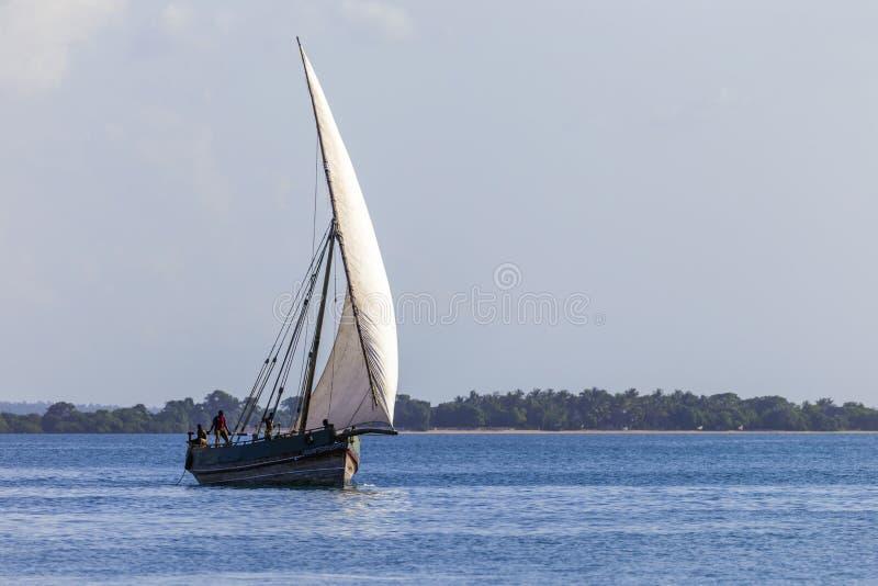 Ciężki tradycyjny przewieziony dhow na oceanie zdjęcia stock