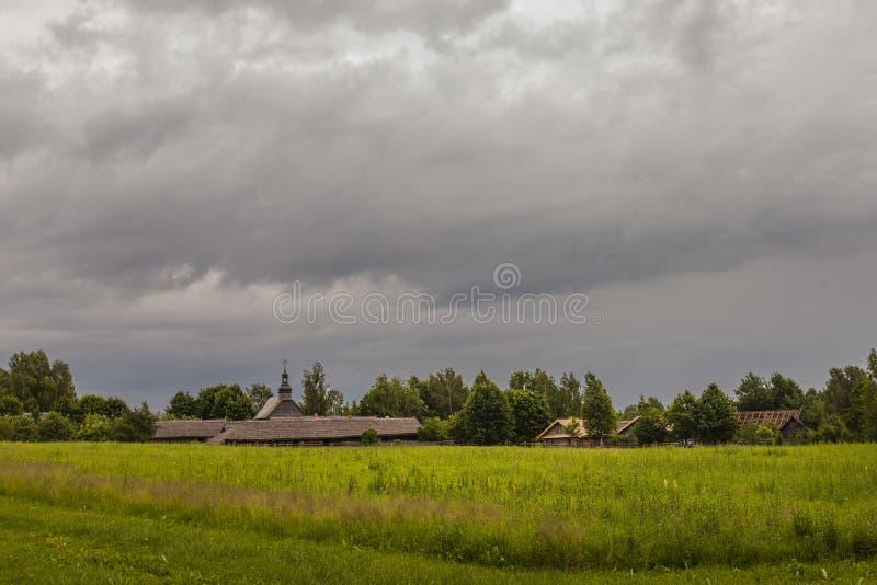 Ciężkie chmury nad typową wioską na wietrznym dayfor druku obrazy royalty free