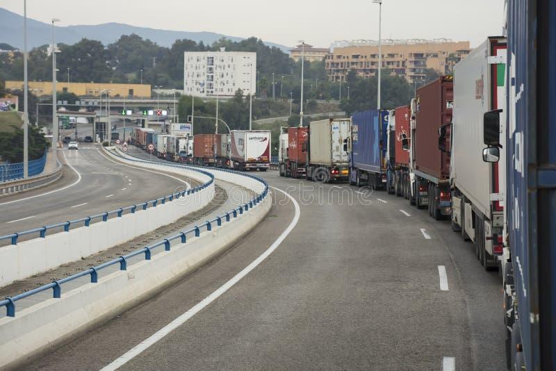 Ciężkiego ruchu drogowego lub ciężarówki transport między zdjęcie stock