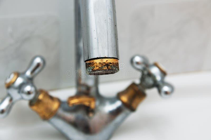 Ciężkiej wody rdza na klepnięciu w łazience i depozyt obrazy stock