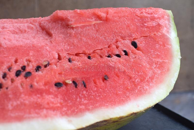 Cięcie czerwony słodki arbuz z ziarnami fotografia royalty free