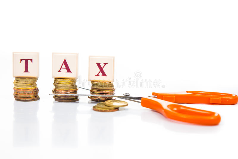 Cięcie opodatkowywa pojęcie z monetami i nożycami zdjęcia stock