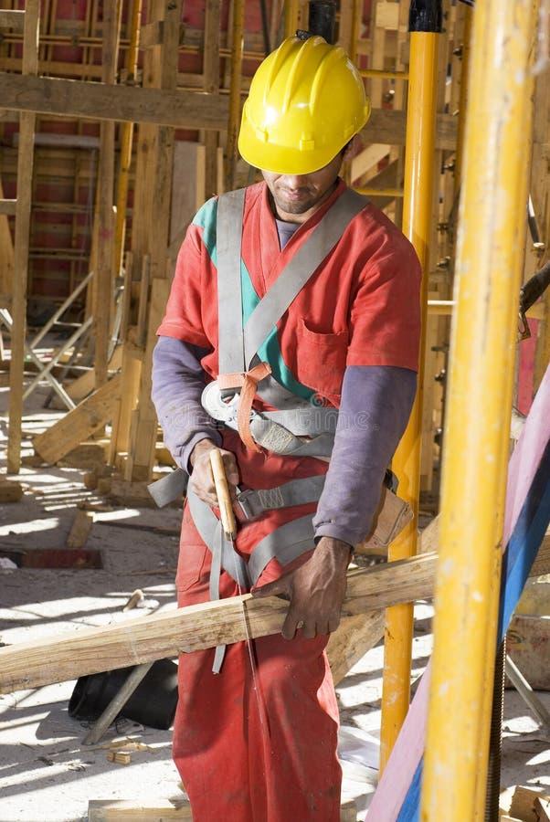 cięcie pionowe budowlanych deskowa pracownika zdjęcie stock