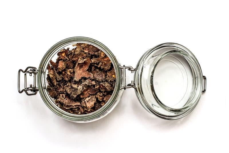 Cięcie suchy korzeń Rhodiola rosea w szklanym słoju na naturalnym białym tle obraz stock