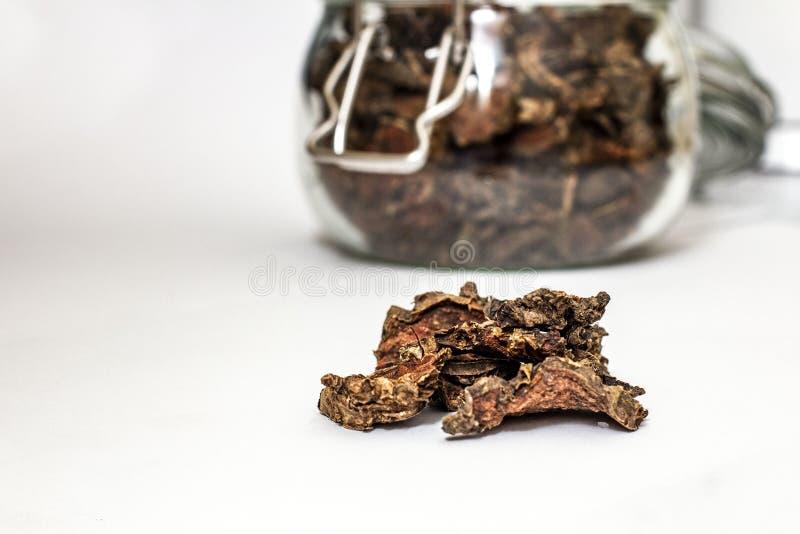 Cięcie suchy korzeń Rhodiola rosea w szklanym słoju na naturalnym białym tle zdjęcia stock
