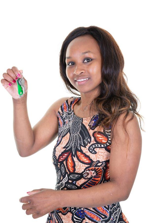 Cięcie z uśmiechniętych amerykanin afrykańskiego pochodzenia kobiety mienia domu kluczy nowy dom zdjęcia royalty free