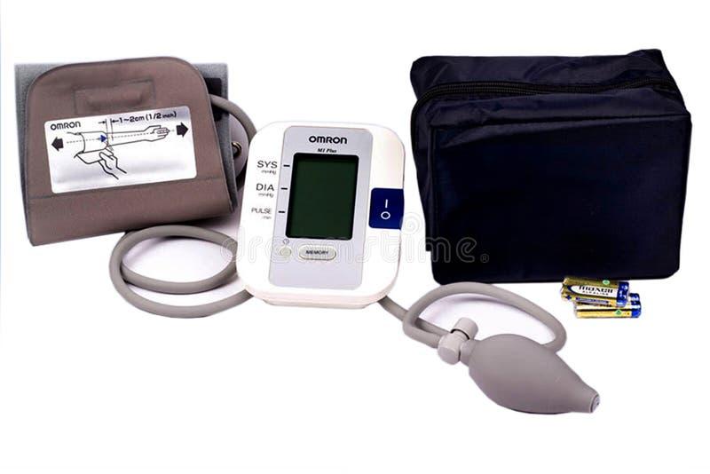 Ciśnienie krwi maszyna Medyczny tonometer odizolowywający na bielu zdjęcie royalty free