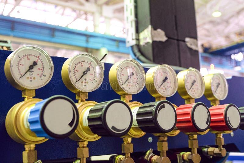 Ciśnieniowi wymierniki z dostosowanie klapami w przemysłowej roślinie robią zakupy Zaopatrzenie w tlen zdjęcie stock
