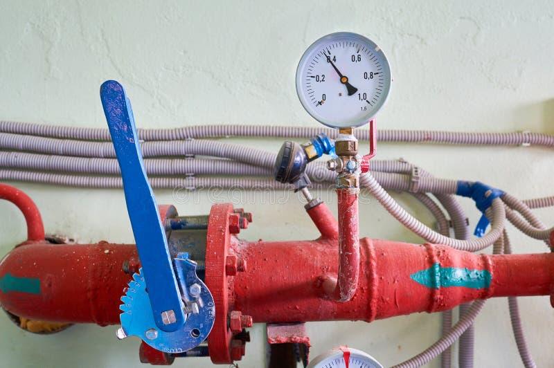 Ciśnieniowy wymiernik pokazuje ciśnieniową w przygotowaniu barwioną czerwień z błękitną zapadką przemysłowe tło zdjęcie royalty free