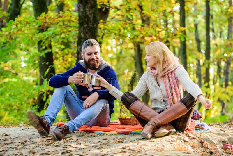 Ci? ? amore donna felice e vino caldo della bevanda barbuta dell'uomo Le coppie nell'amore si rilassano nella foresta di autunno  immagini stock libere da diritti
