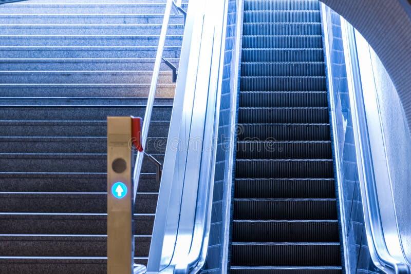 Ci froid de souterrain d'escalator d'escalier moderne bleu de milieu urbain photos stock