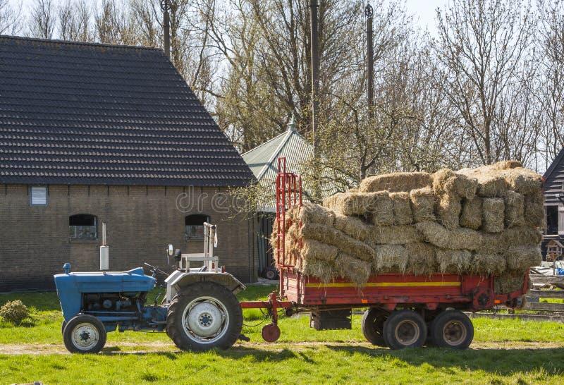 Download Ciągnik z siano furgonem zdjęcie stock. Obraz złożonej z trawy - 53781256