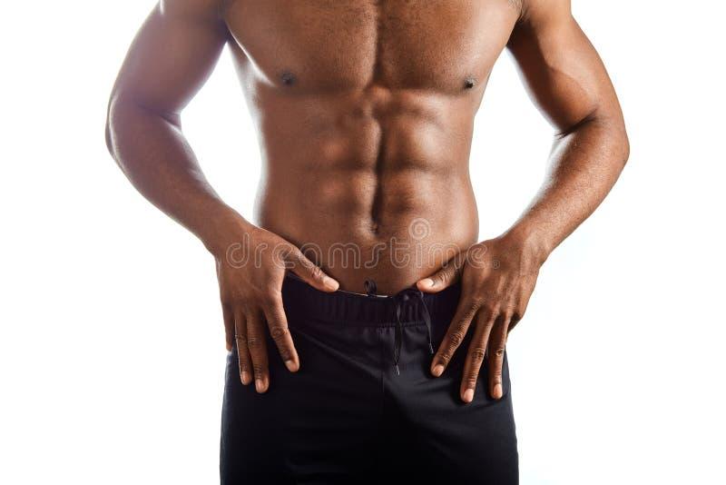 ci?rrese encima de la foto cosechada hombre afro que hace publicidad de sus pantalones, pantalones cortos foto de archivo libre de regalías