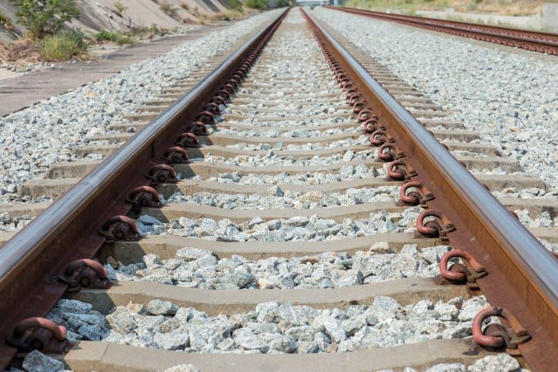 Ci?rrese encima de la junta del carril, ancla del carril con la l?nea de la perspectiva de pistas de ferrocarril Transporte de la foto de archivo libre de regalías
