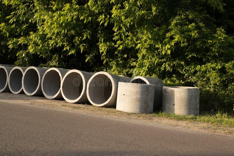 Ci?rrese encima de la pila de tubos concretos del drenaje para los pozos y riegue las descargas fotografía de archivo libre de regalías
