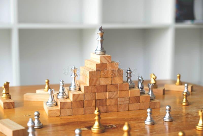 Ci?rrese encima del ajedrez del rey en el top, concepto del negocio imagenes de archivo