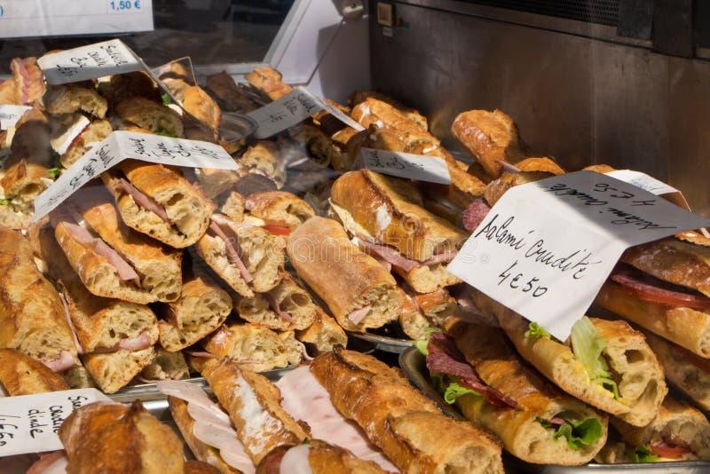 Ci?rrese encima del pan fragante fresco en la tabla Concepto del alimento foto de archivo libre de regalías