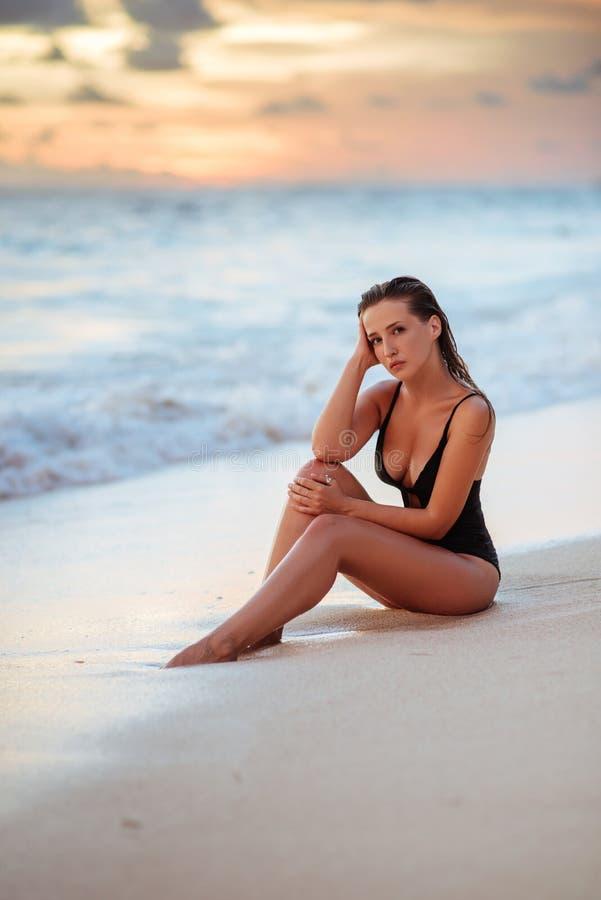 Ci?rrese encima del retrato de la mujer joven hermosa en la playa fotografía de archivo