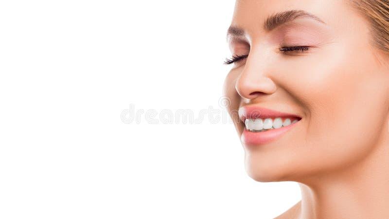 Ci?rrese encima del retrato de una mujer sonriente fotografía de archivo
