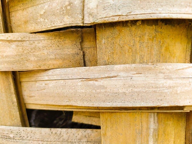 ci?rrese para arriba de la cesta que teje de bamb? foto de archivo