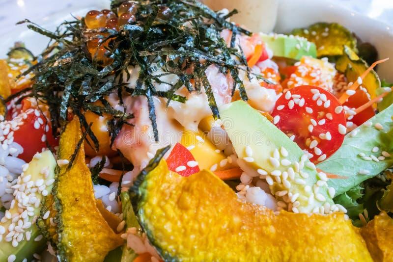 Ci?rrese para arriba de la ensalada fresca de la lechuga, del aguacate, de la calabaza, de la alga marina y del tomate en el cuen fotos de archivo