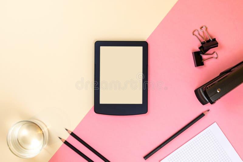 Ci?rrese para arriba de la mesa creativa de la oficina con las fuentes vac?as de la tableta y otros art?culos con el espacio de l fotografía de archivo libre de regalías