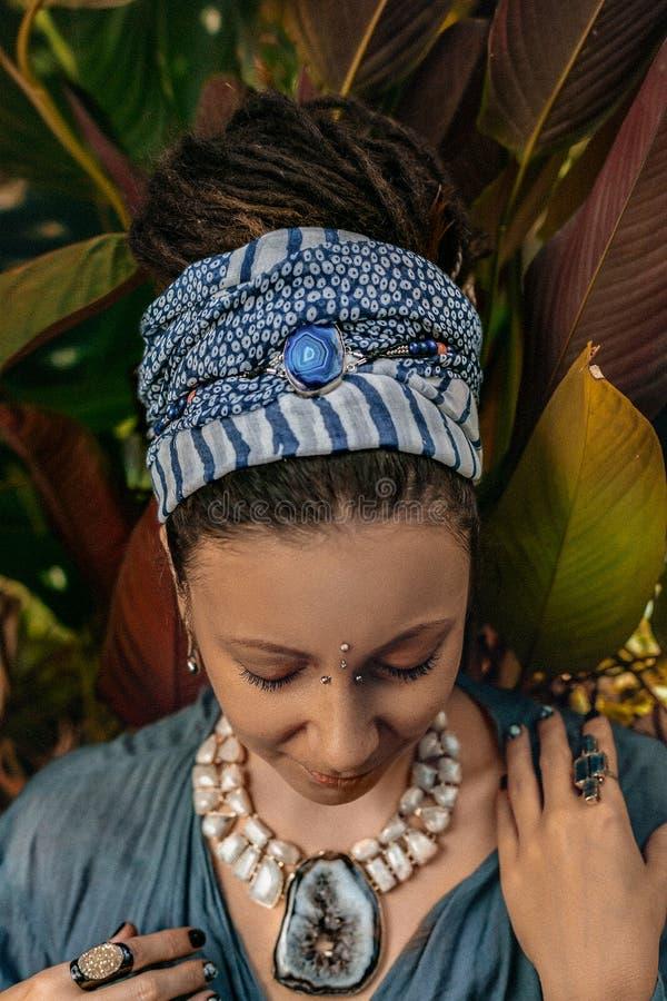 Ci?rrese para arriba de las manos de la mujer con los anillos de las piedras de gema del boho imagenes de archivo