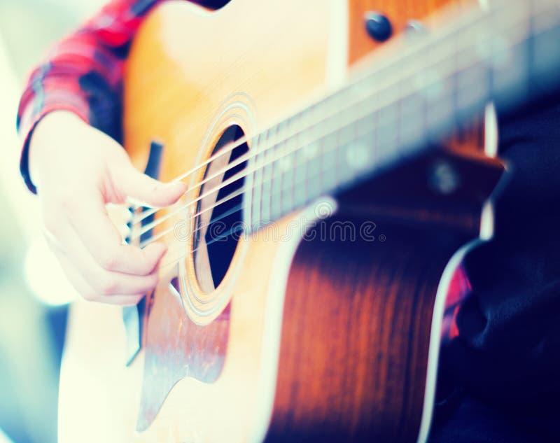 Ci?rrese para arriba de los fingeres que tocan la guitarra fotografía de archivo libre de regalías